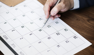 カレンダーに記入する男性