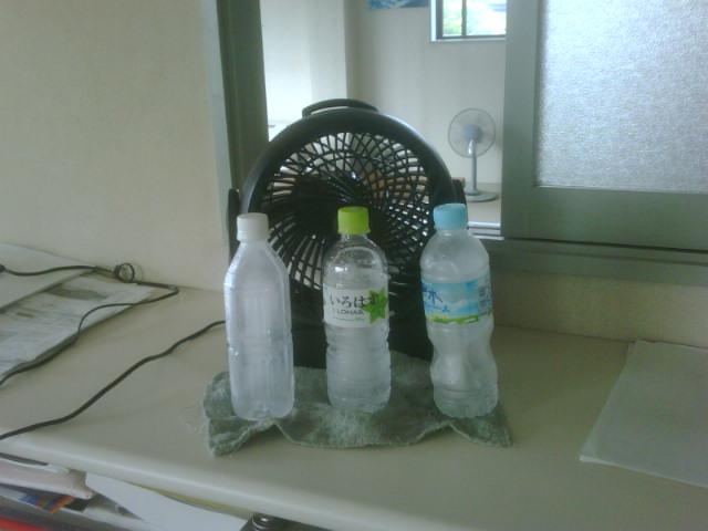 扇風機の前に凍らせたペットボトルを置く