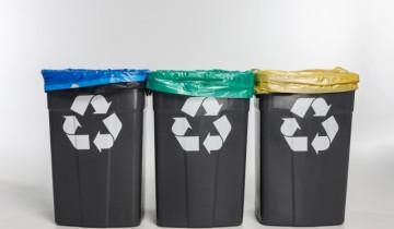 3種類のゴミ箱とリサイクルマーク