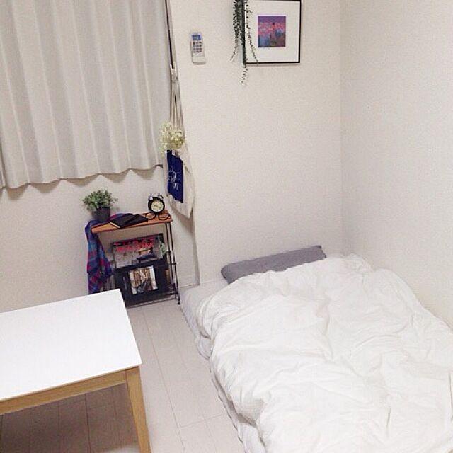 白基調に背の低い家具でまとめた部屋