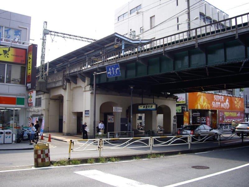 黄金町駅 駅前の様子