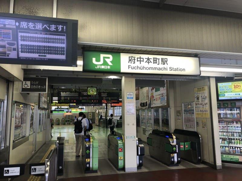 府中本町駅 改札前の様子