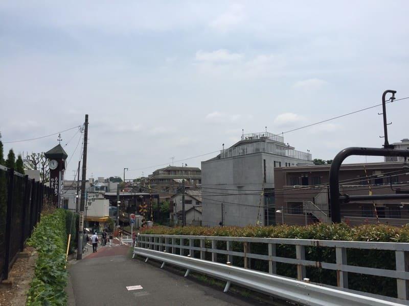 久我山駅北口 線路沿いの坂道