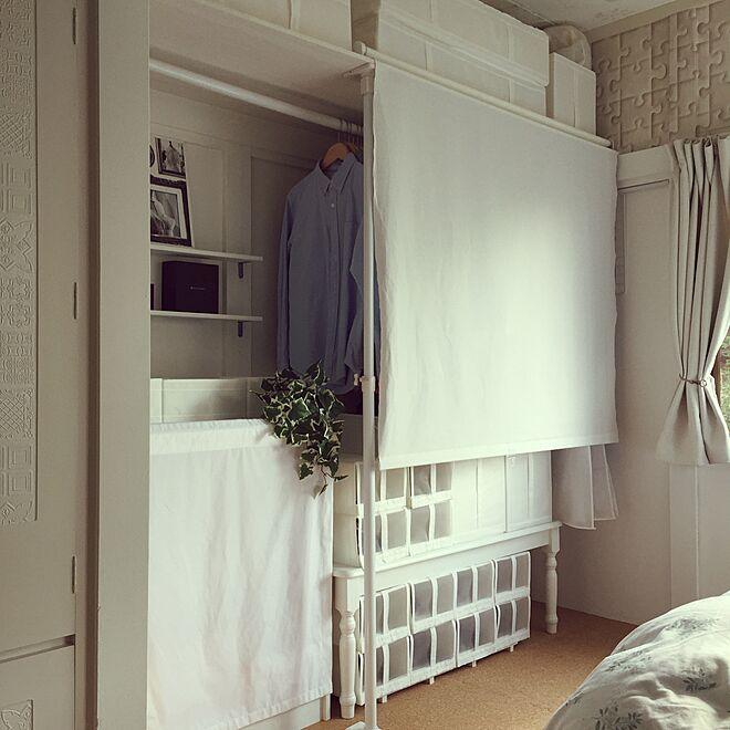 突っ張り棒を組み合わせて簡易クローゼットを作ったお部屋
