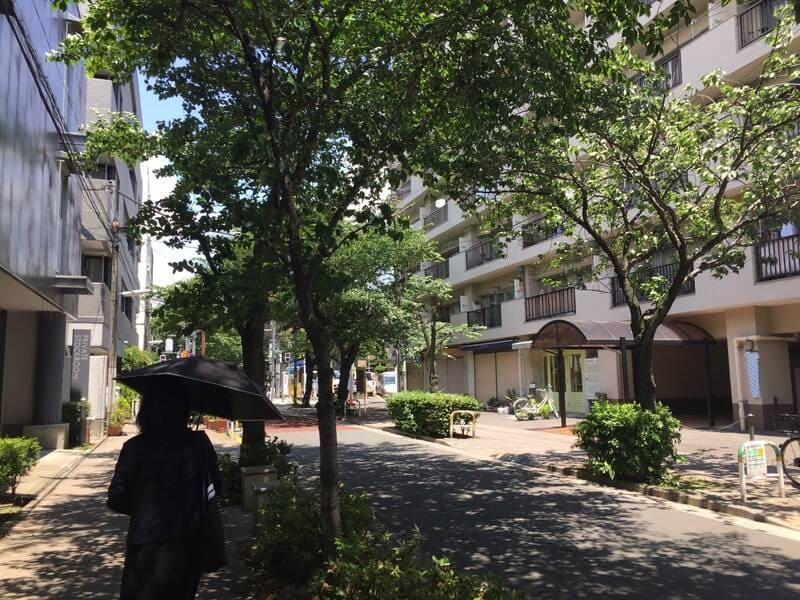 西小山駅 自然が多い住宅街の通り