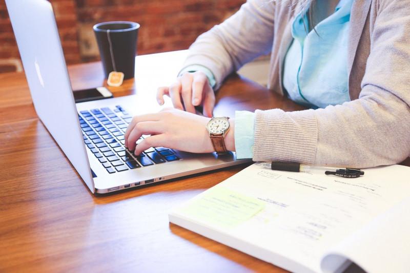 ノートパソコンを使う学生