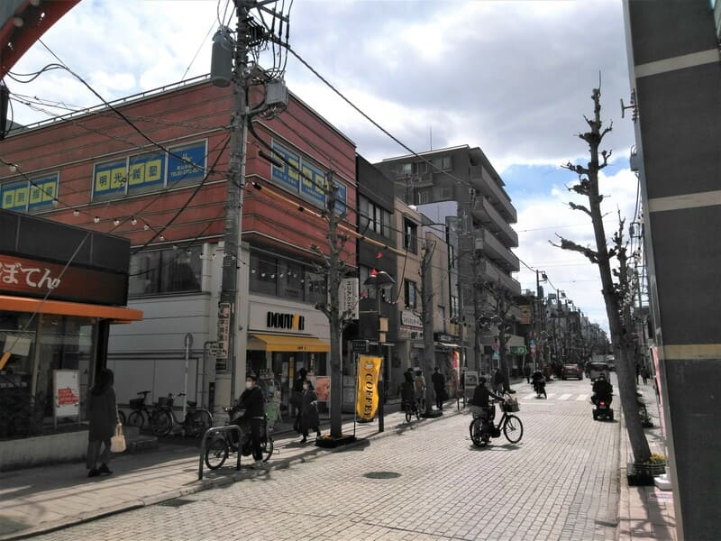 尾山台 駅前の商店街沿い
