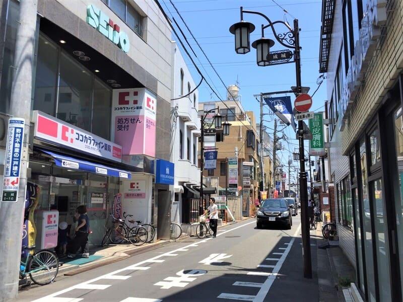 成城学園前駅 商店街の様子