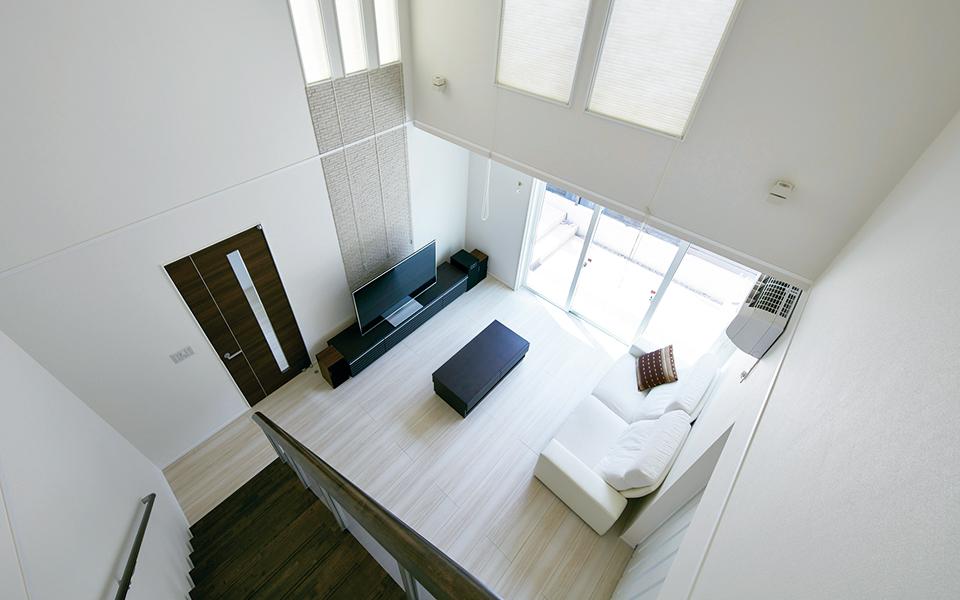 大きな吹き抜けでも暖かく、快適な家