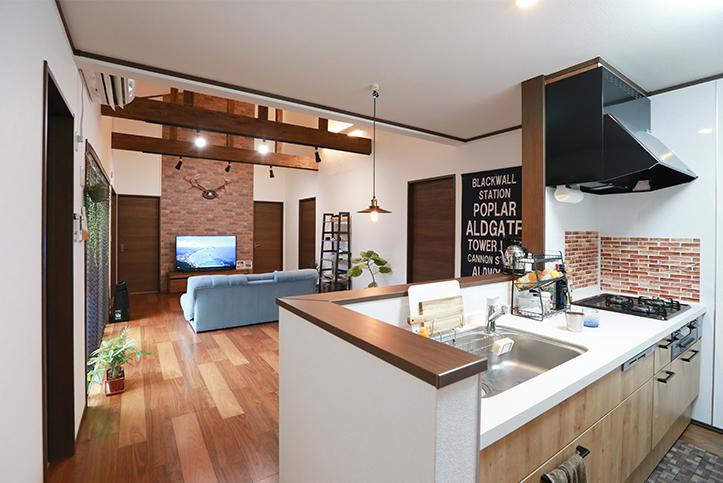 アイダ設計 多灯照明や壁にこだわったカフェ風リビングの平屋